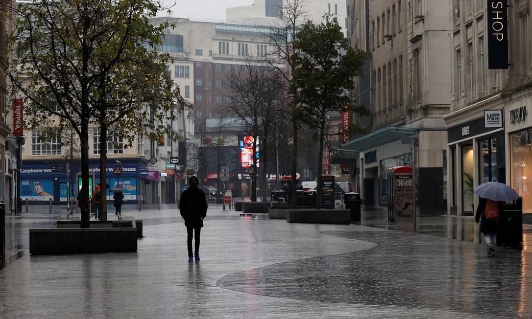 Pedestres caminham por rua comercial deserta em meio às restrições contra a Covid-19 em Liverpool, no Reino Unido, nesta quarta-feira (13) Foto: PHIL NOBLE / REUTERS