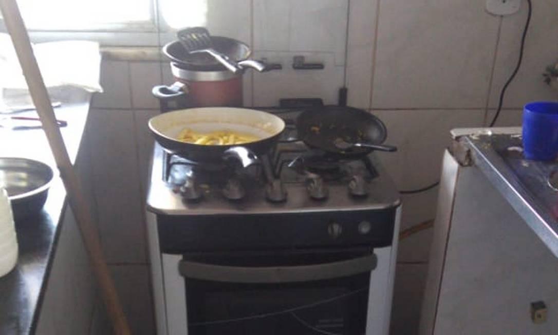 A frigideira que, segundo a polícia, o suspeito usou para esquentar o óleo jogado na mulher Foto: Reprodução