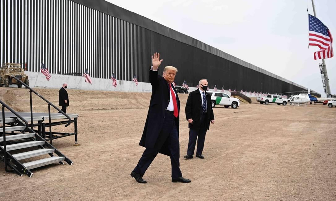 Presidente Donald Trump acena após discurso em Alamo, no Texas, onde visitou trecho do muro na fronteira entre os EUA e o México Foto: MANDEL NGAN / AFP