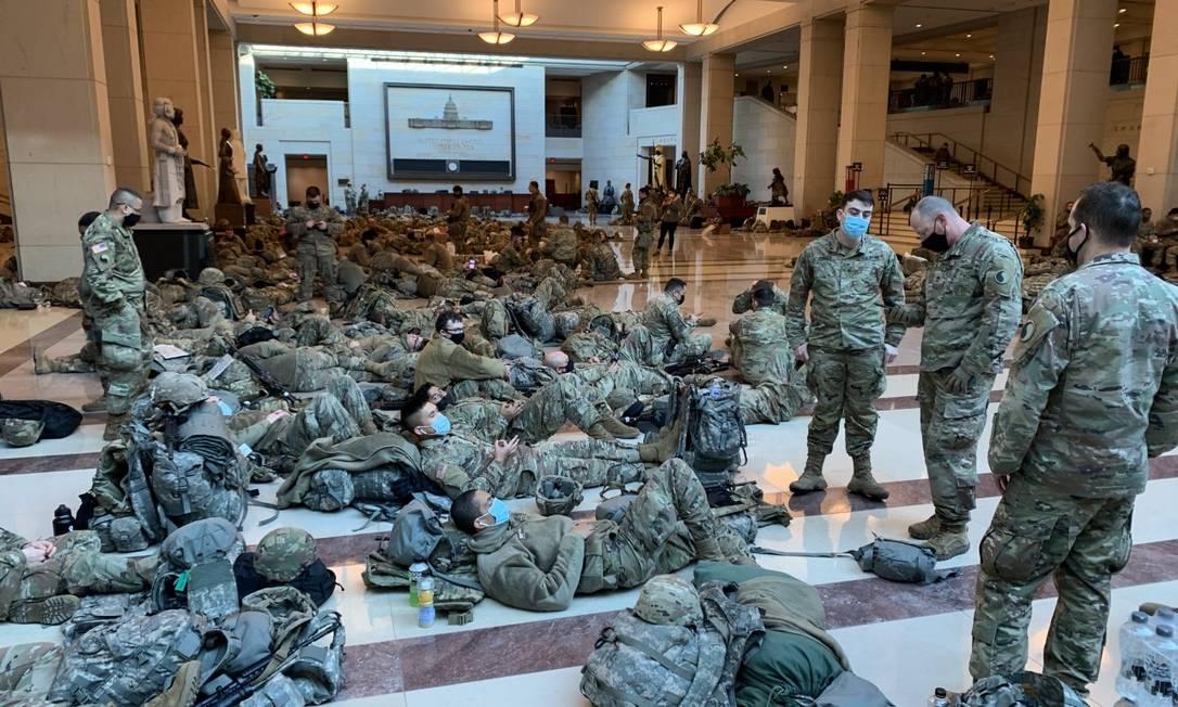 Soldados descansam pelos corredores e salões do Congresso americano Foto: Paola de Orte / Agência O Globo