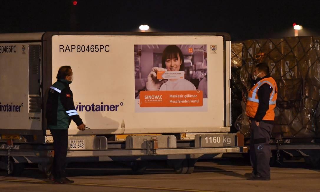 Caixas da vacina CoronaVac chegam ao Aeroporto de Ancara, na Turquia contra a doença coronavírus Sinovac da China (COVID-19) chega ao Aeroporto de Esenboga em Ancara, na Turquia Foto: REUTERS
