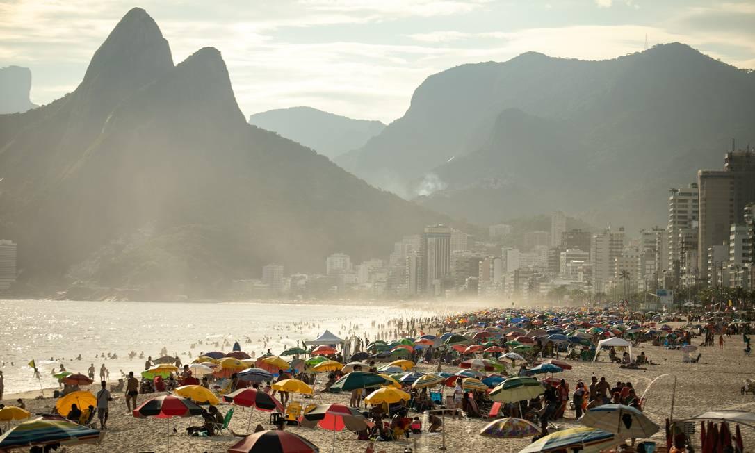 Aglomeração na Praia do Arpoador Foto: Brenno Carvalho