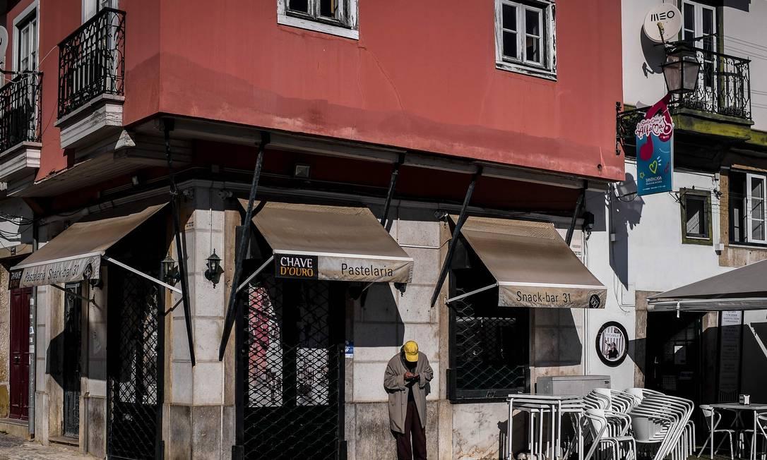 Café fechado em Lisboa, resultado das medidas do governo para tentar conter o avanço da Covid-19 Foto: PATRICIA DE MELO MOREIRA / AFP