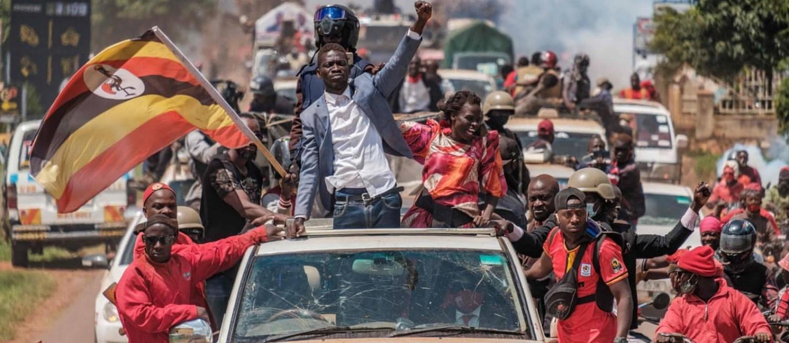 O ex-cantor e deputado Bobi Wine em campanha em Uganda. Candidato tenta derrotar o atual presidente Yoweri Museveni, há 35 anos no poder Foto: Sumy Sadurni / AFP