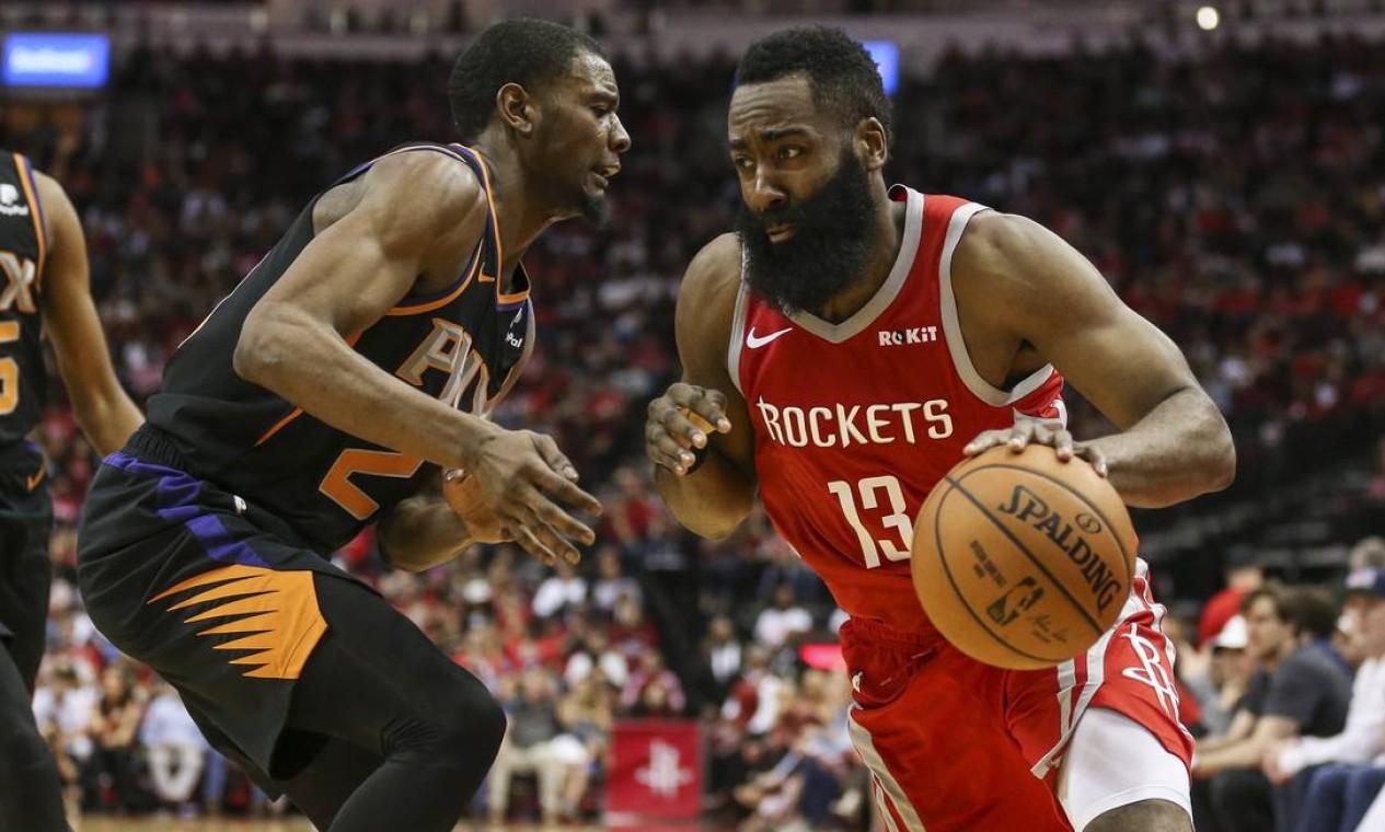 O armador do Houston Rockets, James Harden (13), dribla o atacante do Phoenix Suns, Josh Jackson (20), durante o segundo quarto no Toyota Center Foto: Troy Taormina / USA TODAY Sports