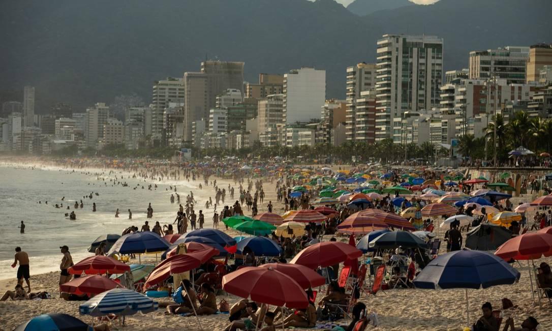 Aglomeração que já se tornou comum nas praias da Zona Sul Foto: Brenno Carvalho / Agência O Globo / 06-01-2021