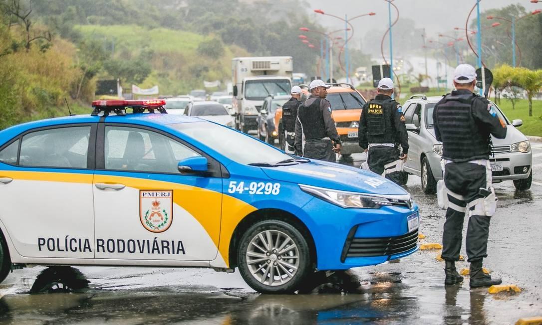 Policia Militar faz fiscalizaçao em vias expressas, rodovias e estradas do Rio na manhã desta quinta-feira (14) Foto: Twitter / Reprodução
