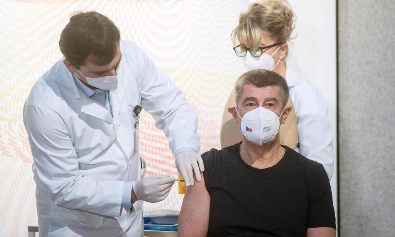 O primeiro-ministro tcheco, Andrej Babis, foi o primeiro cidadão a receber a vacina da Pfizer/BioNTech, no Hospital Universitário de Praga Foto: MICHAL CIZEK / AFP - 27/12/2020