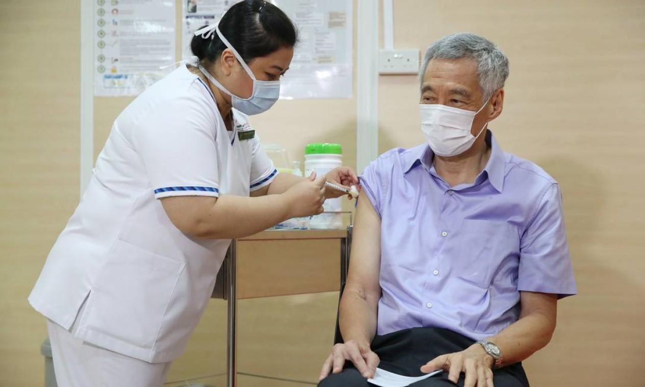O primeiro-ministro de Cingapura, Lee Hsien Loong, recebe a vacina da Pfizer/BioNTech, no Hospital Geral de Cingapura Foto: HANDOUT / AFP - 08/01/2021