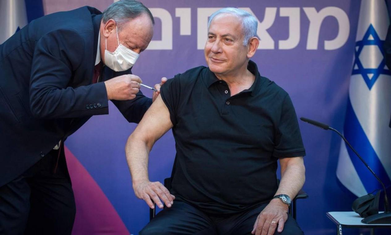 O primeiro-ministro de Israel, Benjamin Netanyahu, recebe segunda dose da vacina contra a Covid-19 em seu braço direito, no Sheba Medical Center, na cidade de Ramat Gan Foto: MIRIAM ALSTER / AFP - 09/01/2021