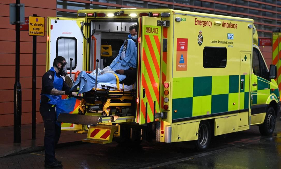 Paramédicos retiram paciente de ambulância no Hospital Real de Londres, na capital britânica, nesta quinta-feira (14); estudo da Public Health England monitorou milhares de profissionais de saúde ao longo de 2020 Foto: DANIEL LEAL-OLIVAS / AFP