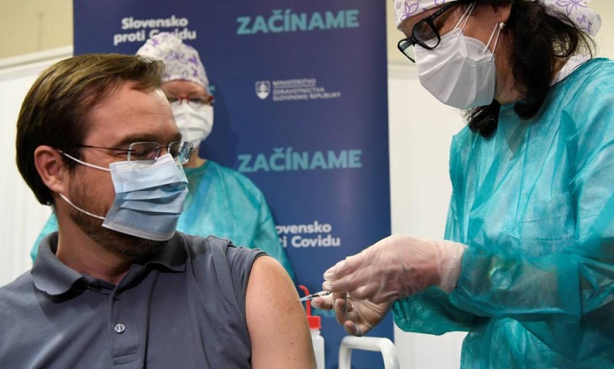 O Ministro da Saúde da Eslováquia, Marek Krajci, recebe uma injeção com uma dose da vacina Pfizer/BioNTech, no Hospital Universitário, em Nitra Foto: RADOVAN STOKLASA / REUTERS