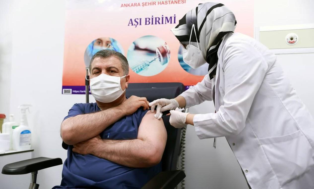 Ministro da Saúde da Turquia, Fahrettin Koca, recebe vacina Sinovac/Butantan, no Ankara City Hospital, Em Ancara, Turquia Foto: TURKISH HEALTH MINISTRY / via REUTERS