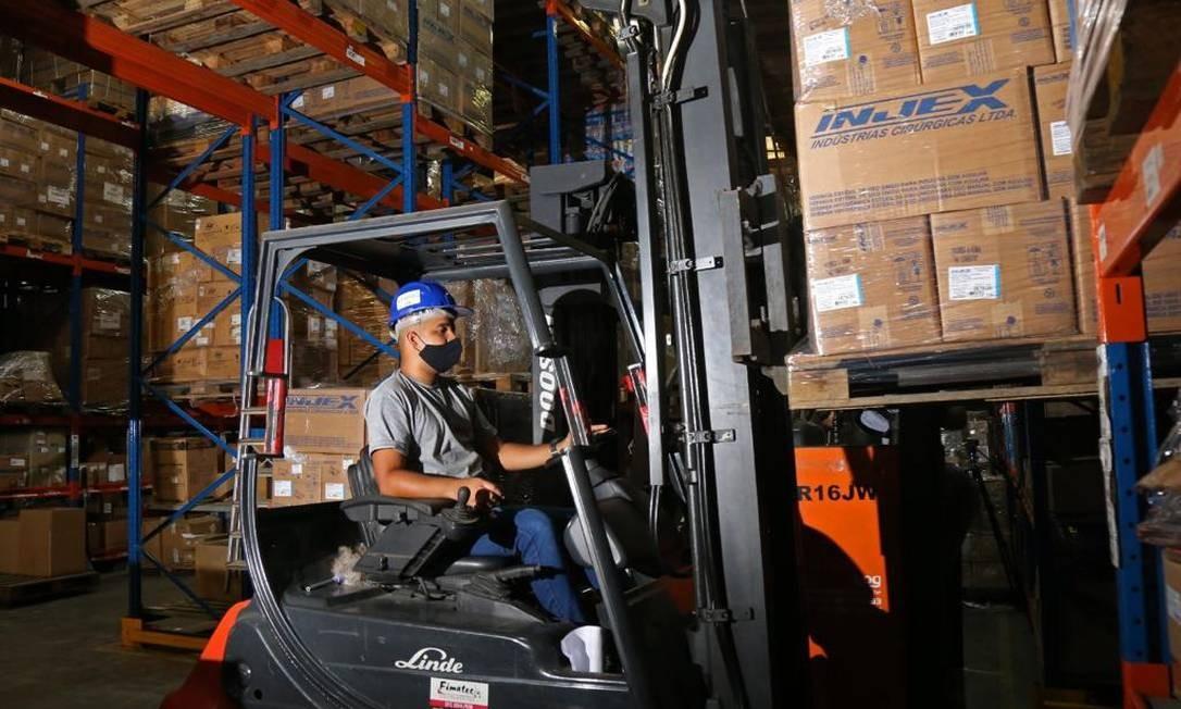 Operador transporta caixas com seringas que serão usadas na vacinação Foto: Divulgação