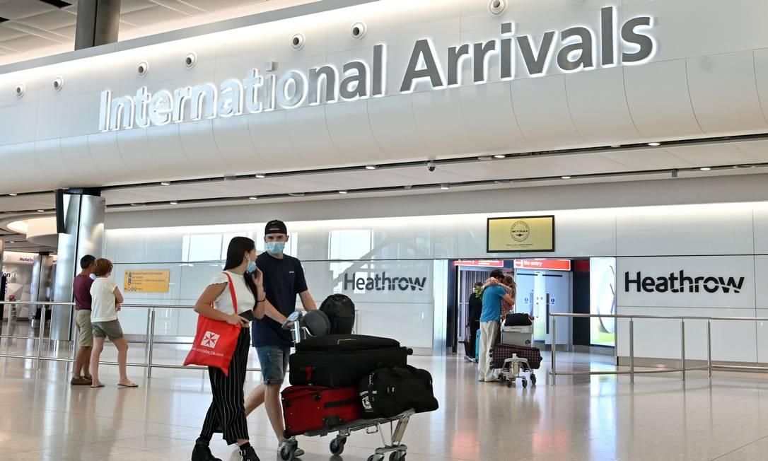 Passageiros no terminal internacional do Aeroporto Heathrow, em Londres, Reino Unido, em foto de maio de 2020 Foto: JUSTIN TALLIS / AFP