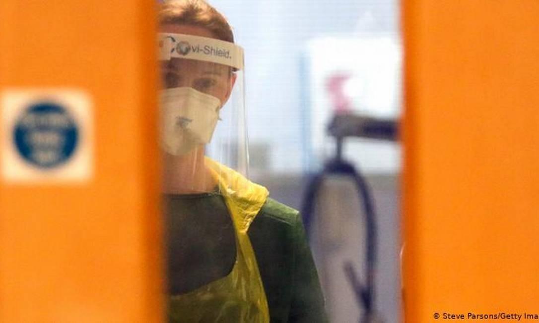 Pesquisa em profissionais de saúde britânicos constatou 44 reinfecções em mais de 6 mil pessoas com anticorpos Foto: Steve Parsons / Getty Images