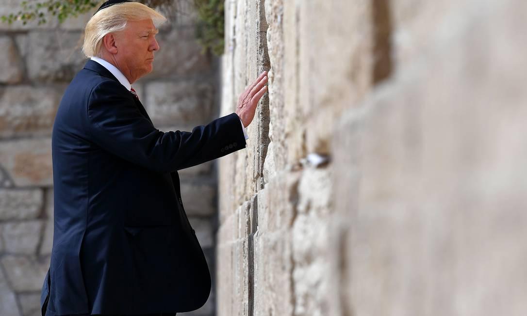 Donald Trump visita o Muro das Lamentações, local mais sagrado onde os judeus podem orar, na Cidade Velha de Jerusalém, em maio de 2017 Foto: MANDEL NGAN / AFP - 22/05/2017