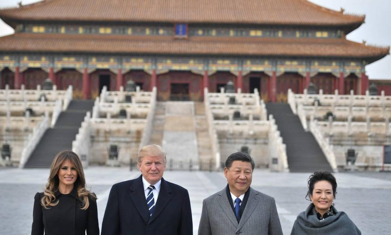 """O presidente Donald Trump, a primeira-dama, Melania Trump, o presidente da China, Xi Jinping, e sua esposa, Peng Liyuan, posam na Cidade Proibida, em Pequim, em novembro de 2017. Trump chegou à capital chinesa para a etapa crítica de sua turnê pela Ásia para criar uma frente global intransigente contra as ambições de armas nucleares da """"ditadura cruel"""" na Coreia do Norte Foto: JIM WATSON / AFP - 08/11/2017"""