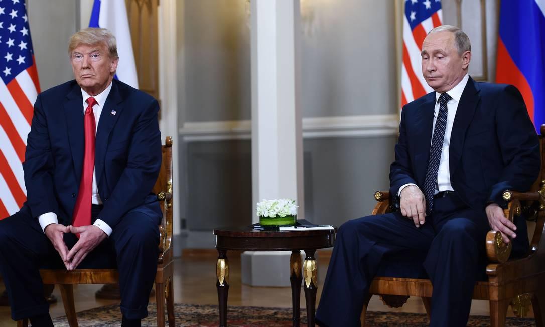 O presidente da Rússia, Vladimir Putin, e Trump participam de uma reunião em Helsinque, em julho de 2018 Foto: BRENDAN SMIALOWSKI / AFP - 16/07/2018