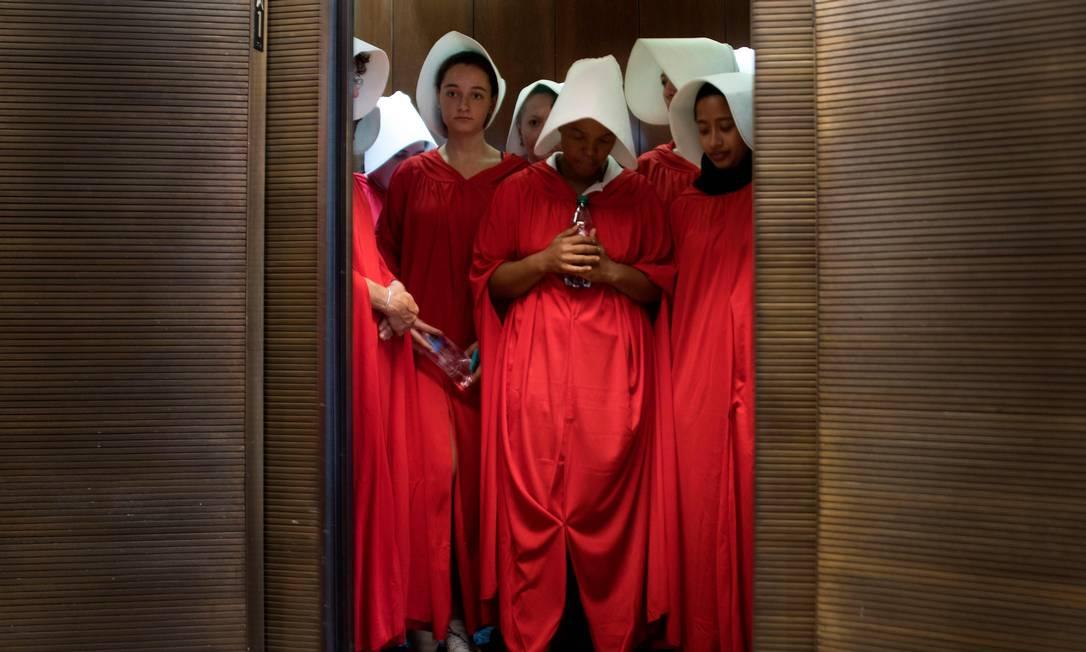"""Mulheres protestam vestidas como personagens do romance que se tornou série de TV """"The Handmaid's Tale"""" (""""O Conto da Aia"""") enquanto o indicado de Trump à Suprema Corte, Brett Kavanaugh, começa o primeiro dia de sua audiência de confirmação diante do Senado dos EUA, no Capitólio, em Washington, em setembro de 2018 Foto: JIM WATSON / AFP - 04/09/2018"""