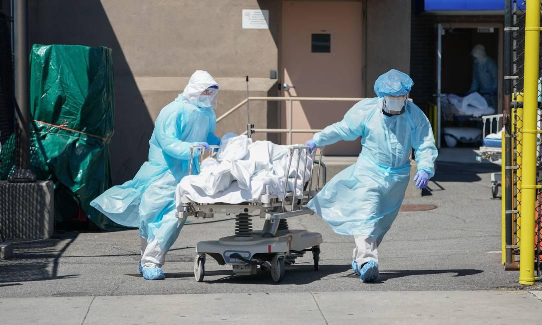 Corpos de vítimas da Covid são transferidos para um caminhão de refrigeração que serve como necrotério temporário no Hospital Wyckoff, no bairro do Brooklyn, Nova York, em abril de 2020 Foto: BRYAN R. SMITH / AFP - 06/04/2020