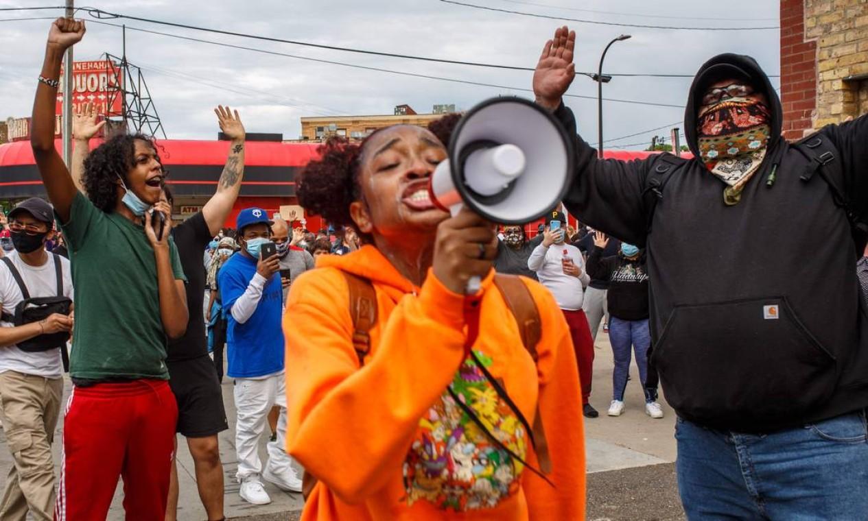 Manifestantes protestam contra a morte de George Floyd fora da 3ª Delegacia de Polícia, em 27 de maio, em Minneapolis, Minnesota. A família de Floyd, morto pela polícia de Minneapolis enquanto estava algemado sob custódia, exigiu que os policiais fossem acusados de assassinato Foto: KEREM YUCEL / AFP - 27/05/2020
