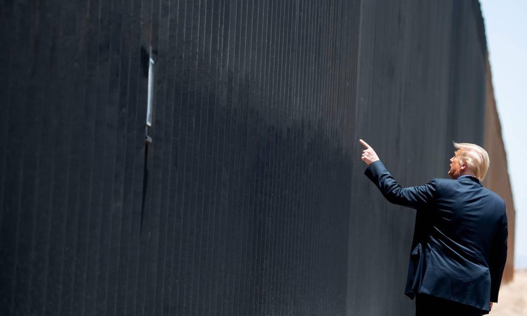 Trump participa de cerimônia comemorativa da 200ª milha do muro de fronteira com o México, em San Luis, Arizona Foto: SAUL LOEB / AFP - 23/06/2020