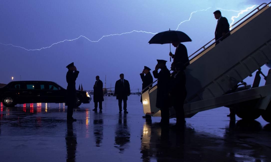 Donald Trump, desembarca do Força Aérea Um enquanto um raio corta o céu durante uma tempestade na Base Conjunta de Andrews, em Maryland Foto: SAUL LOEB / AFP - 28/08/2020