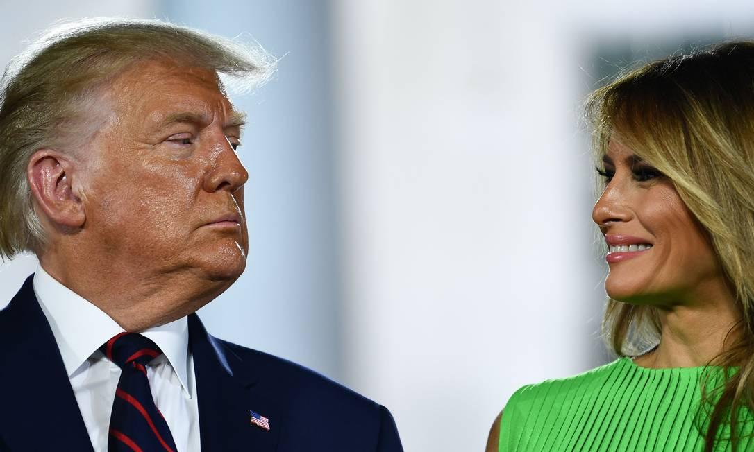 A primeira-dama dos EUA, Melania Trump, sorri para Donald Trump na conclusão do último dia da Convenção Nacional Republicana, no gramado sul da Casa Branca Foto: BRENDAN SMIALOWSKI / AFP - 27/08/2020