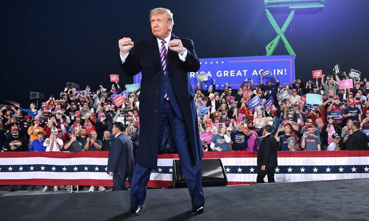 Donald Trump chega para um comício de campanha no Aeroporto Internacional de Pittsburgh, em Moon Township, Pensilvânia Foto: MANDEL NGAN / AFP 22/09/2020