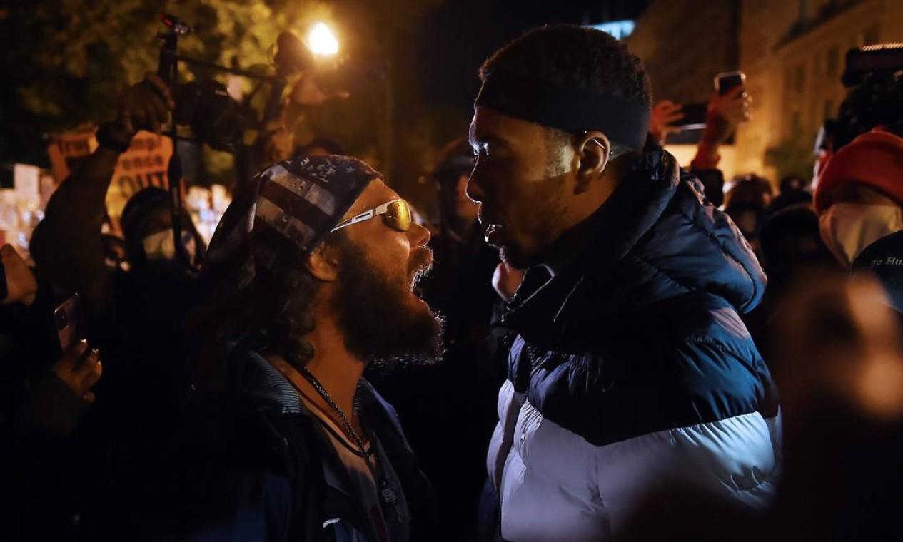 Apoiador de Donald Trump entra em confronto com um manifestante na praça Black Lives Matter, em frente à Casa Branca, no dia da eleição, em Washington Foto: OLIVIER DOULIERY / AFP - 03/11/2020