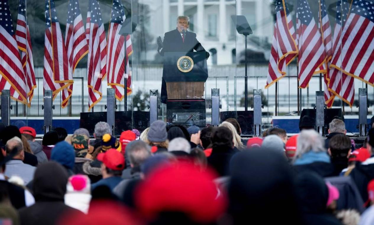 O presidente dos EUA, Donald Trump, fala a apoiadores do The Ellipse, próximo à Casa Branca, em 6 de janeiro de 2021, em Washington. Sem reconhecer a derrota nas urnas, Trump discursou para milhares de apoiadores, inflamando uma multidão a marchar para o Congresso, onde se realizaria a sessão de certificação da vitória de Joe Biden Foto: BRENDAN SMIALOWSKI / AFP - 06/01/2021