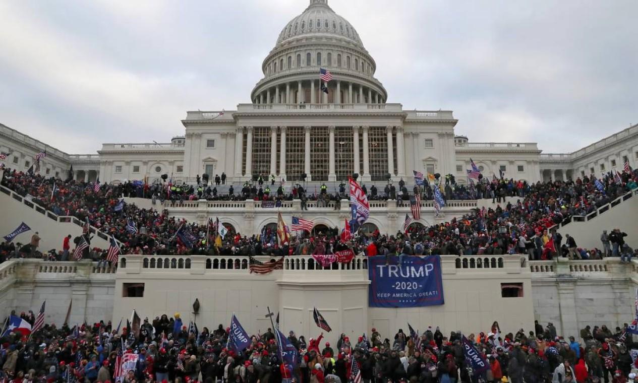 Multidão de apoiadores do presidente dos Estados Unidos, Donald Trump, invade o Capitólio, em Washington, em 6 de janeiro de 2021. Episódio, classificado como ato de insurreição e um atentado contra a democracia, foi condenado por aliados, opositores e líderes mundiais Foto: LEAH MILLIS / REUTERS - 06/01/2021