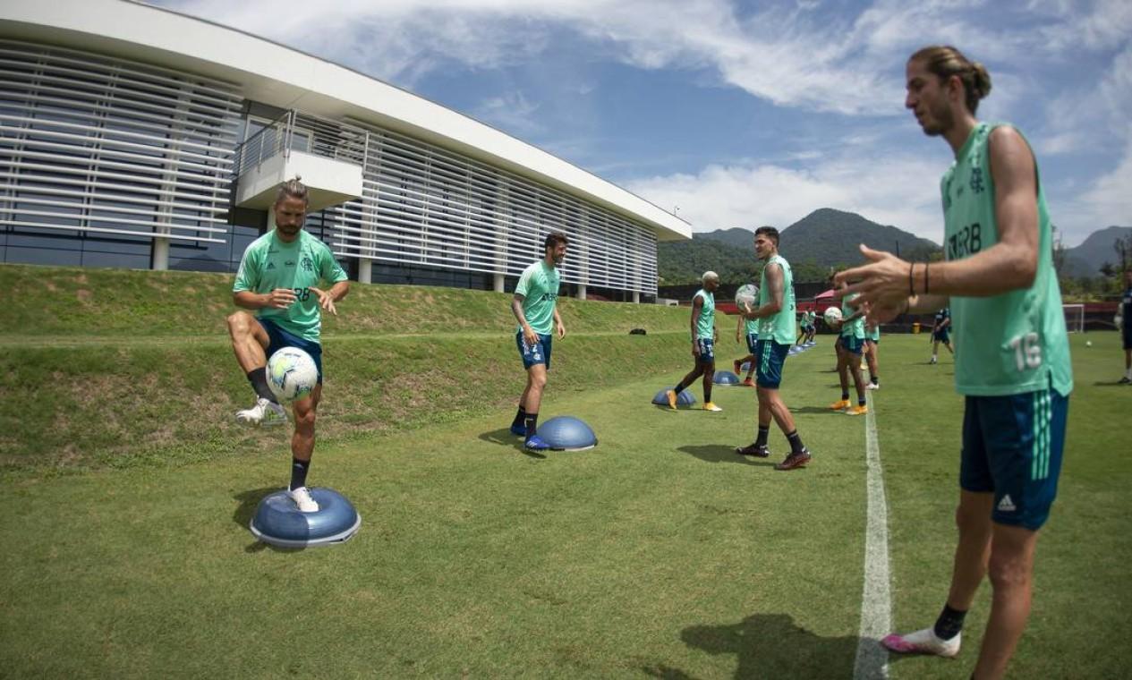 Diego Ribas com Filipe Luís em treino no CT do Flamengo: eles compartilham análises de jogos Foto: Alexandre Vidal/Flamengo/Divulgação/05.01.2021