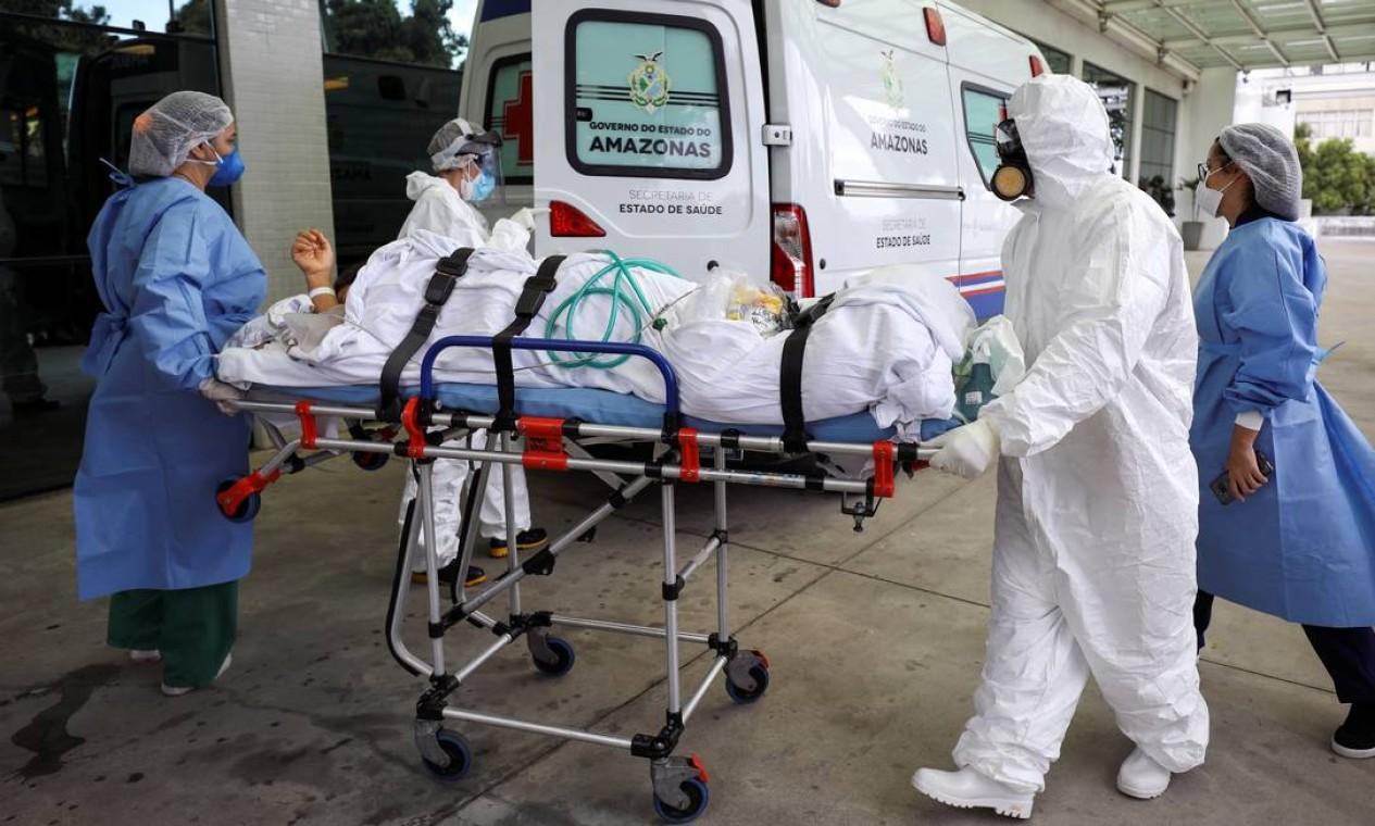 Agentes de saúde transportam paciente no hospital Getúlio Vargas, em Manaus, em meio ao novo surto de Covid-19 na capital amazonense Foto: BRUNO KELLY / REUTERS - 14/01/2021