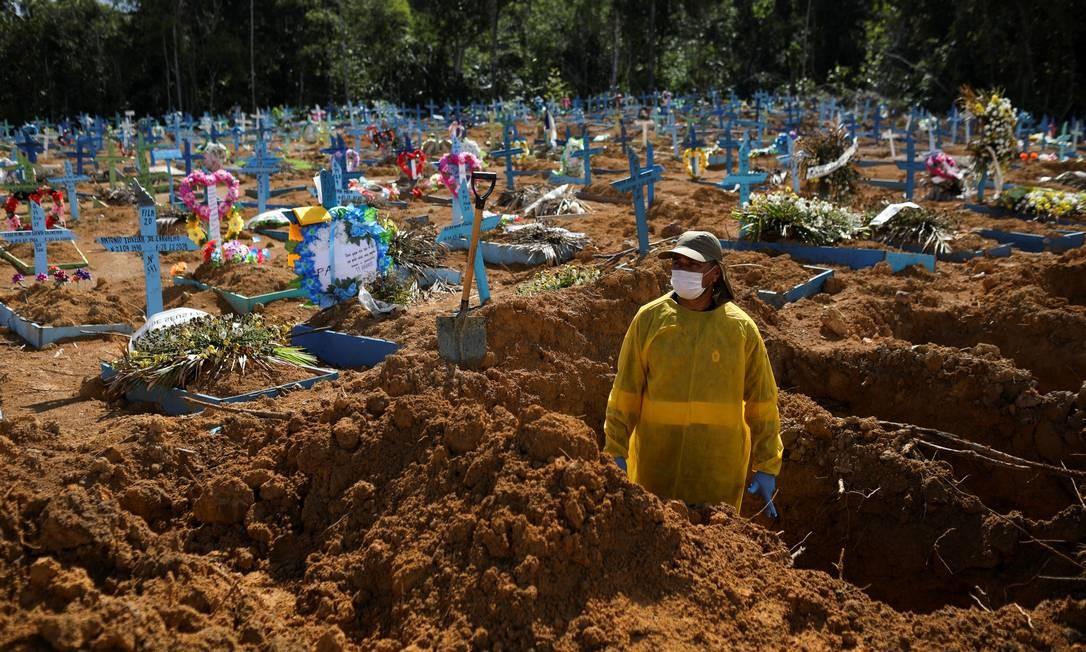 Coveiro trabalha no cemitério do Parque Tarumã, em meio ao novo surto de coronavírus vivido pela população de Manaus Foto: Bruno Kelly / REUTERS - 31/12/2020