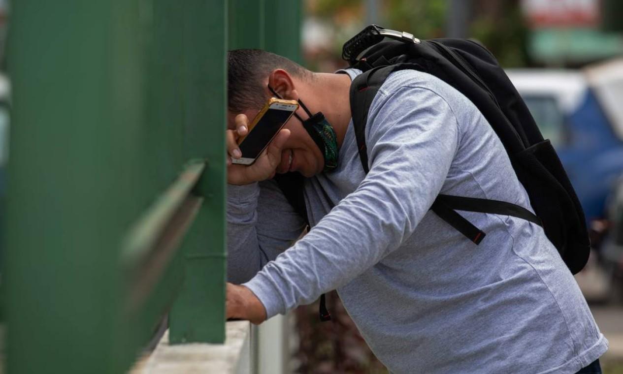Um homem chora do lado de fora do Hospital 28 de Agosto, em Manaus. A cidade, com dois milhões de habitantes, já havia passado por cenas de pesadelo nos meses de abril e maio, com valas comuns e caminhões frigoríficos estacionados em frente aos hospitais para empilhar os mortos Foto: MICHAEL DANTAS / AFP - 14/01/2021