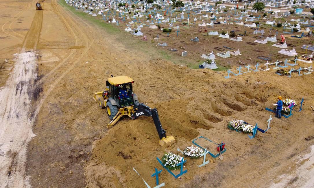 Trataor cava valas para enterrar vítimas da Covid-19 Foto: MICHAEL DANTAS / AFP