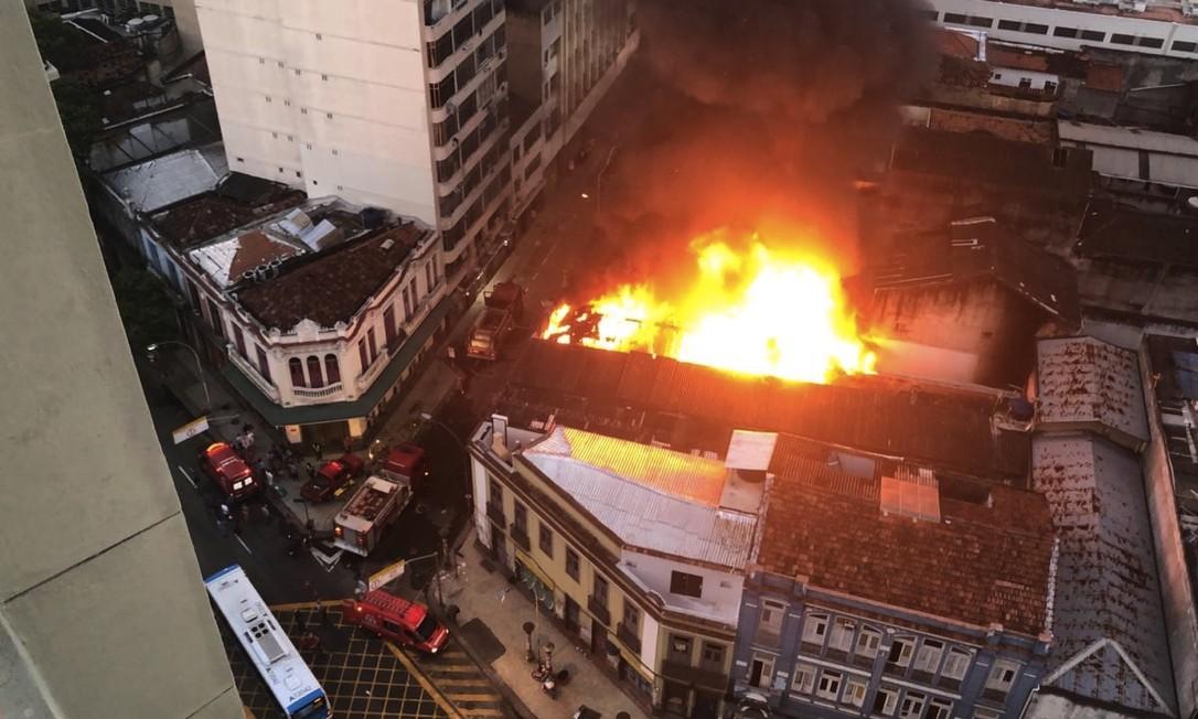 Incêndio na Rua dos Inválidos, no Centro Foto: Rafael Wallace