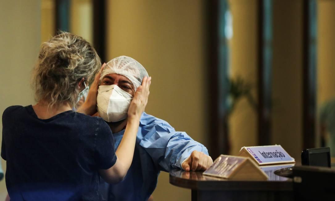 Profissional de saúde é consolada no Hospital Getulio Vargas, em Manaus Foto: BRUNO KELLY/REUTERS