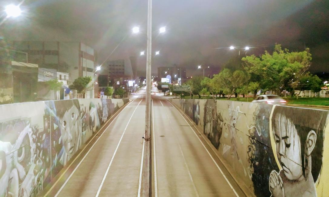 Avenida Djalma Batista, uma das mais importantes da cidade, praticamente deserta durante o primeiro dia do toque de recolher imposto pelo governo do AM para conter o avanço da Covid-19 Foto: Leandro Prazeres / Agência O Globo