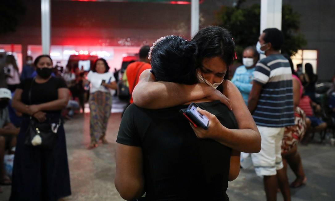 Inconsoláveis, pessoas aguardam informações sobre seus familiares internados no Hospital 28 de Agosto Foto: BRUNO KELLY / REUTERS