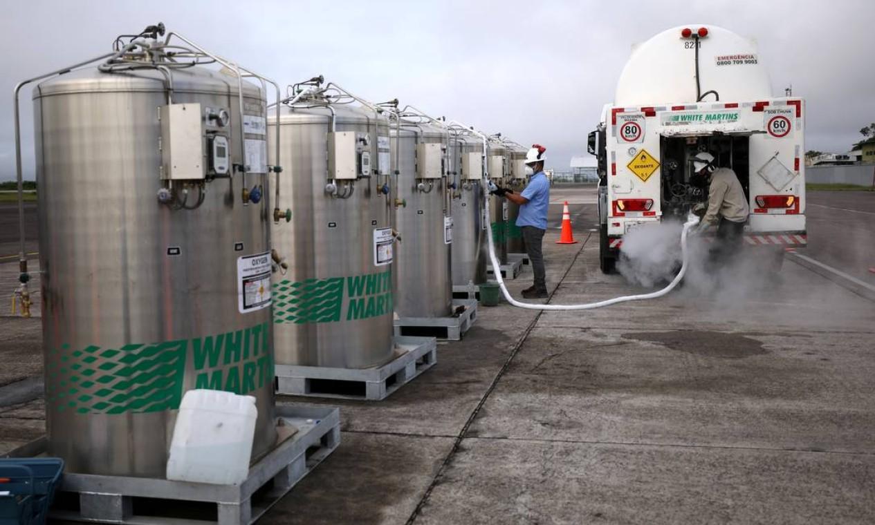 Um caminhão é carregado com oxigênio para abastecer os hospitais locais após chegar em avião da Força Aérea Brasileira no aeroporto de Manaus Foto: BRUNO KELLY / REUTERS - 15/01/2021