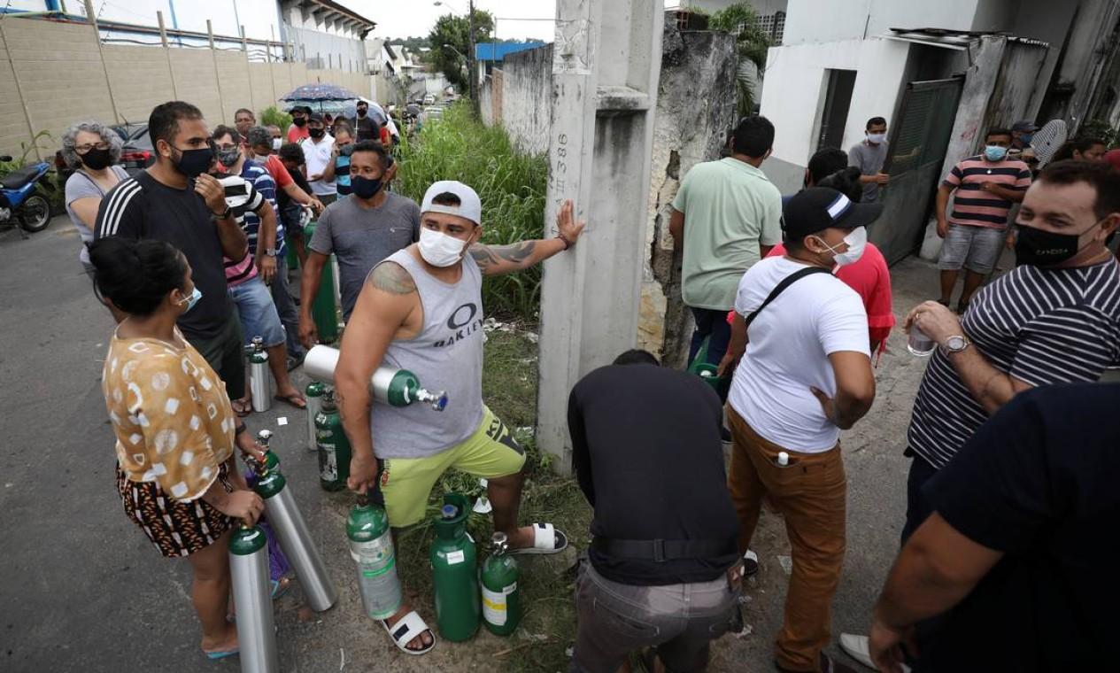 Parentes aguardam em fila para comprar botijão de oxigênio de em uma empresa privada em Manaus Foto: BRUNO KELLY / REUTERS