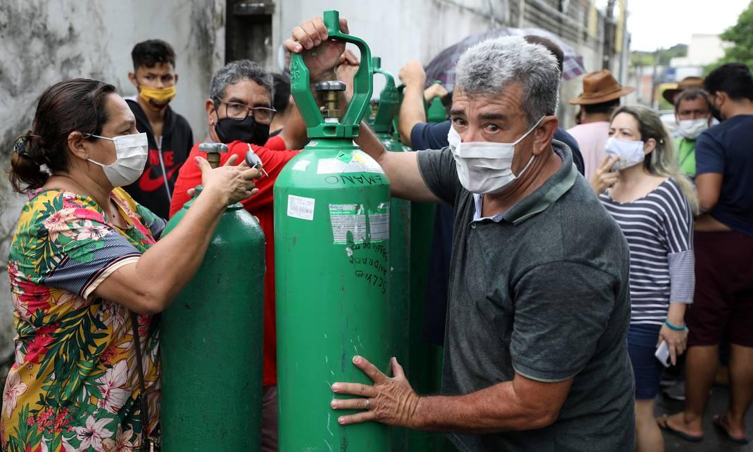 Fornecedoras de oxigênio, que têm que enviar o produto em cilindros de avião até a Amazônia, argumentam que há um gargalo no fornecimento em função da alta demanda Foto: BRUNO KELLY / REUTERS