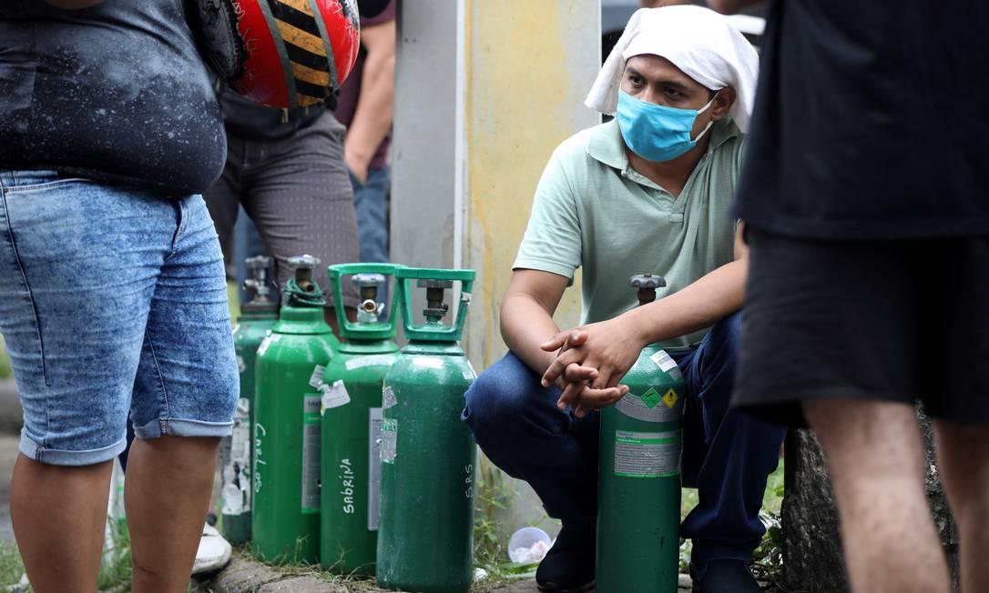 Homem aguarda em fila para recarregar botijão com oxigênio. Principal empresa produtora de oxigênio hospitalar do Amazonas divulgou nota nesta quinta-feira (14) para informar que o consumo nos hospitais do estado seguem crescendo fora de controle Foto: BRUNO KELLY / REUTERS