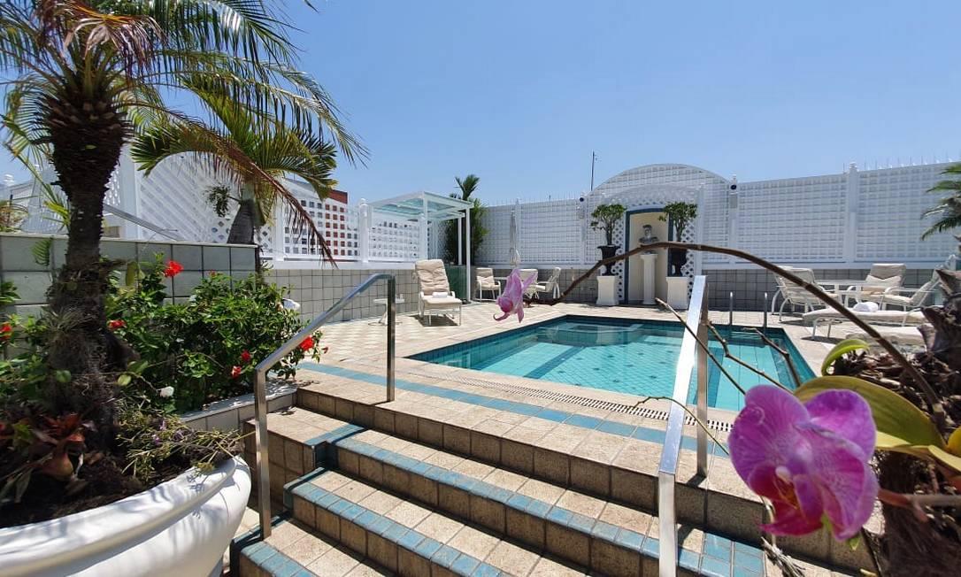 Área de piscina em cobertura tríplex na Avenida Atlântica Foto: Divulgação