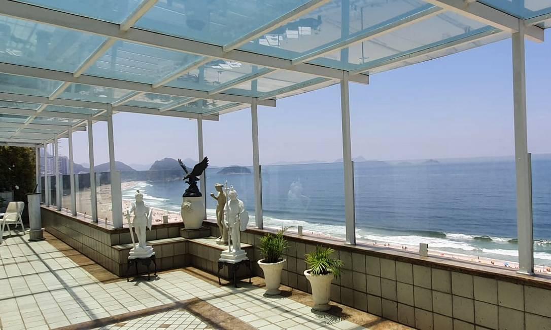 Na Avenida Atlântica, cobertura triplex, anunciada no mercado por R$ 35 milhões, tem pisos de mármore de Carrara, nove banheiros, elevador interno, piscina, academia e até capela Foto: Divulgação
