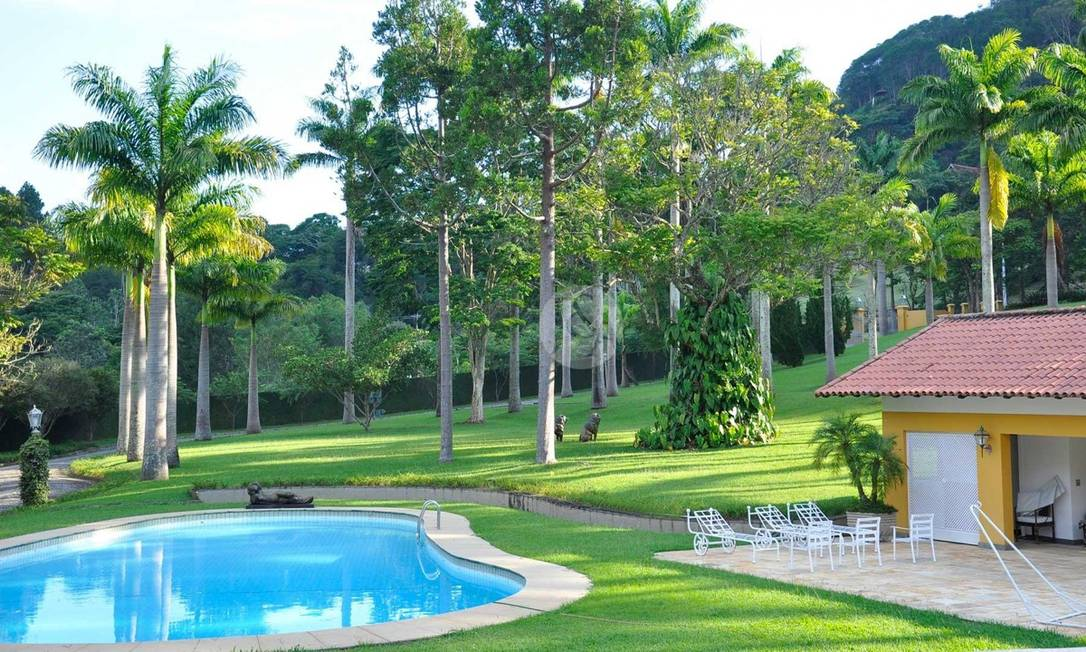Na Região Serrana, casa em Itaipava com lagos e riacho e biblioteca com lareira é oferecida no mercado por R$ 17 milhões Foto: Judice & Araujo / Divulgação