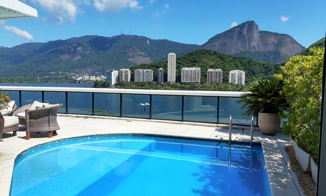 Piscina aquecida e vista para o espelho d'água da Lagoa em cobertura avaliada em R$ 18,9 milhões Foto: Divulgação